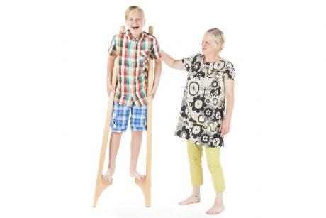 mummi näyttää miten puujaloilla kävellään